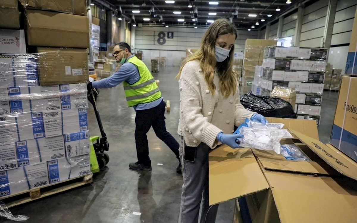 Operarios trabajando en Feria Valencia