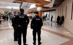 La Policía de la Generalitat en un centro comercial