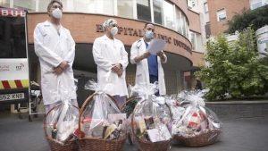 Sanitarios valencianos con sus cestas de Navidad