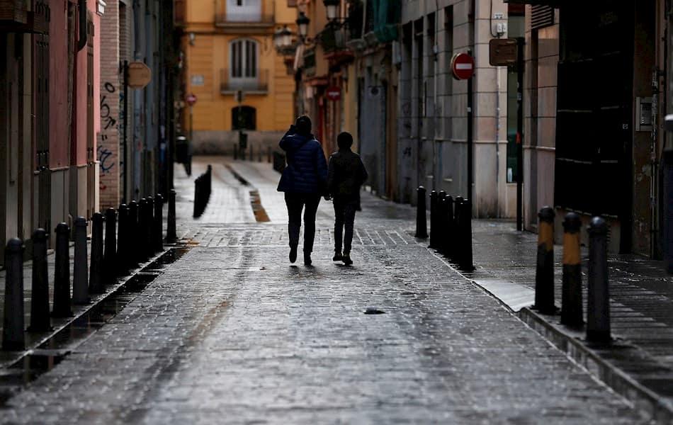 Una mujer y un niño pasean por Valencia