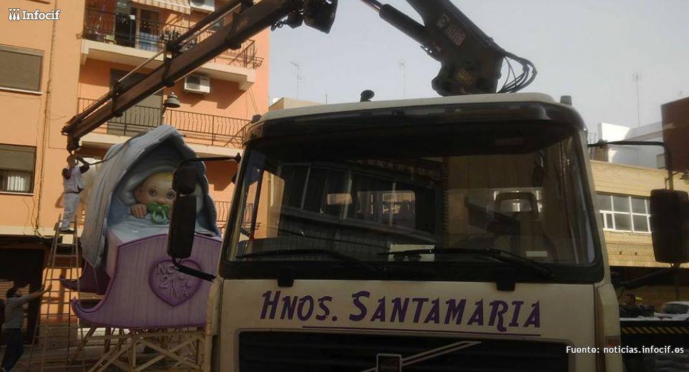Los Hermanos Santamaría trabajando en el montaje de una falla de Valencia
