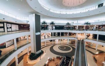 Interior del renovado Centro Comercial Saler