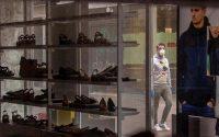 Tienda de calzado cerrada por las restricciones del coronavirus.
