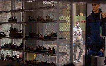 Tienda de calzado cerrada por las restricciones del coronavirus