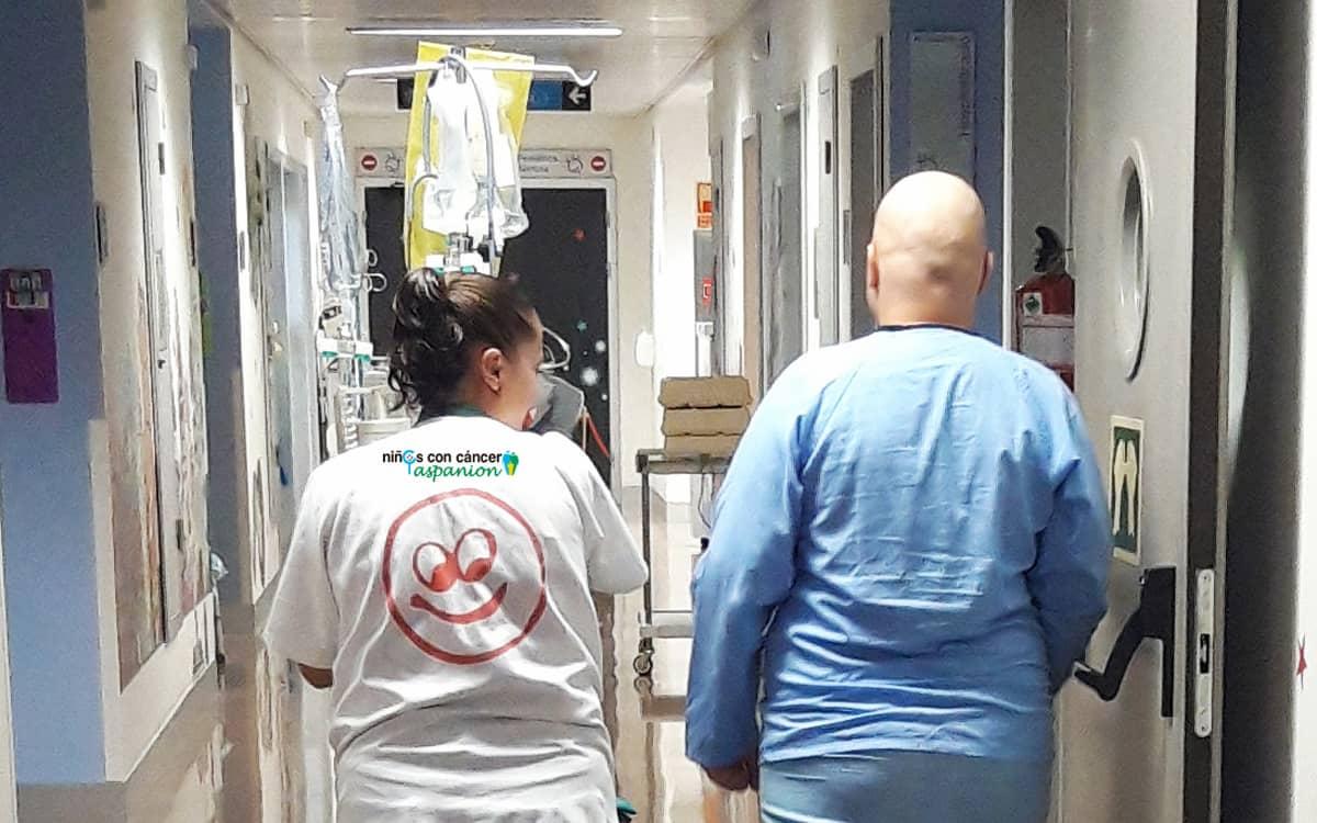 Voluntaria de Aspanion apoya a un niño con cáncer