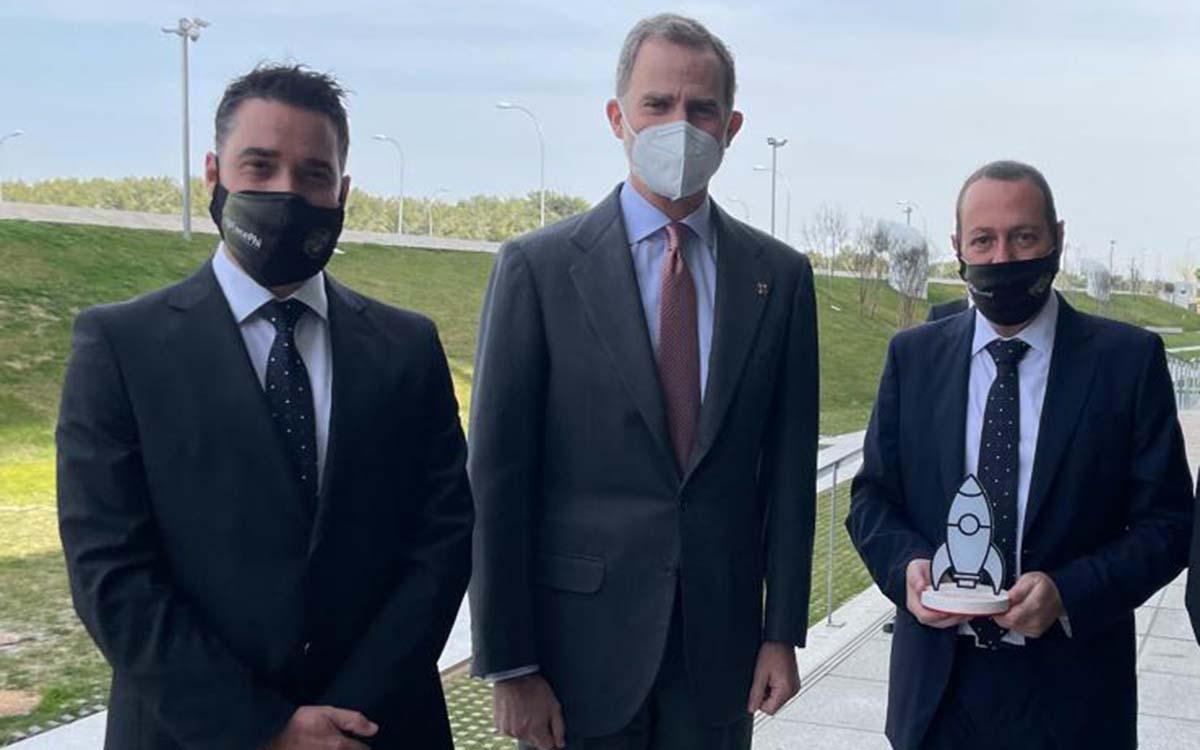Javier Mira, CEO y cofundador de FacePhi (izquierda), y Salvador Martí, presidente y cofundador de FacePhi (derecha), junto a su majestad el Rey Felipe VI, encargado de entregar el Premio Pyme del Año 2020