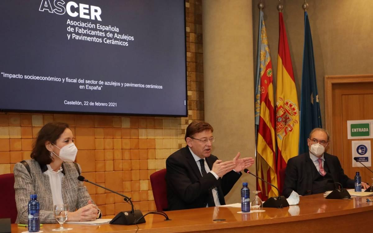 El president de la Generalitat, Ximo Puig; la ministra de Industria, Reyes Maroto y el presidente de Ascer, Vicente Nomdedeu en la presentación del informe.