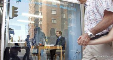 Un desempleado se 'expone' en un escaparate para conseguir empleo. /EFE