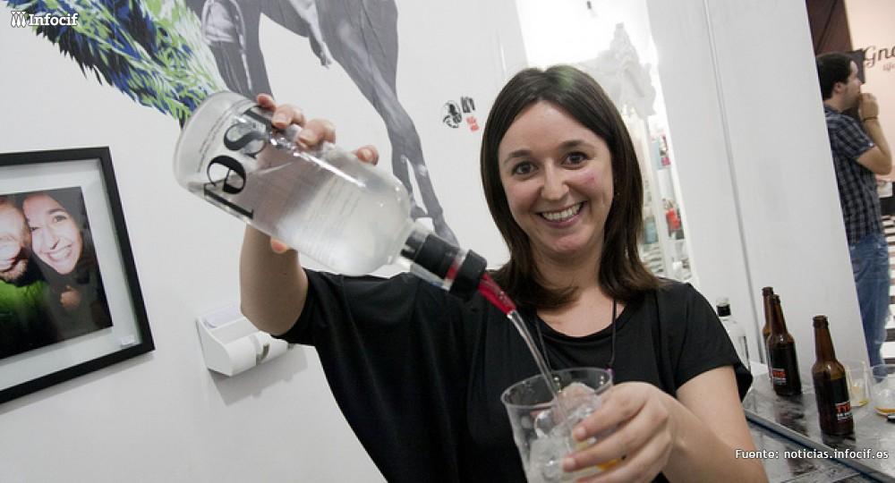Ginself pone el Mediterráneo en una botella de ginebra. Foto: Sofía Pla
