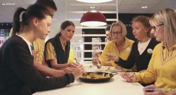 Trabajadores suecos de Ikea compartiendo una paella