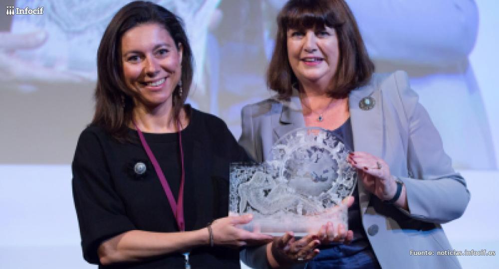 Ana Maiques, junto a la comisaria de Investigación de la UE, Máire Geoghegan-Quinn recibiendo el tercer premio de Mujeres Innovadoras 2014