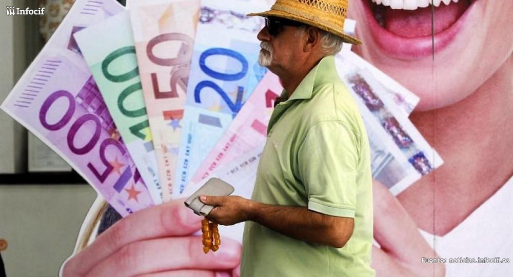 Un hombre pasa por delante de un cartel publicitario en Grecia. /EFE