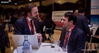 Pedro de Álava (dcha) escucha a un emprendedor en el Foro de Inversión de EmTech España 2012. /EMTECH
