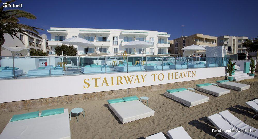 El Hotel Santos Ibiza Coast Suites se caracteriza por el diseño de y el posicionamiento en primera línea de playa