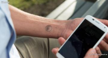 Este tattoo digital se adhiere a la piel y cuenta con un diseño muy atractivo