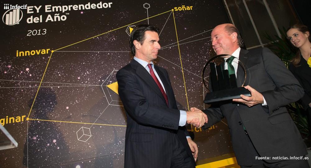 José Manuel Soria, Ministro de Industria Energía y Turismo, entregando el galardón a Federico Michavila, Presidente de Torrecid