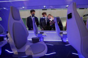El president de la Generalitat, Ximo Puig (c) , y el ministro de Ciencia e Innovación, Pedro Duque (d) , asisten a la presentación del vehículo hyperloop de Zeleros, que se celebra bajo el lema Viajar a 1.000 km/h.