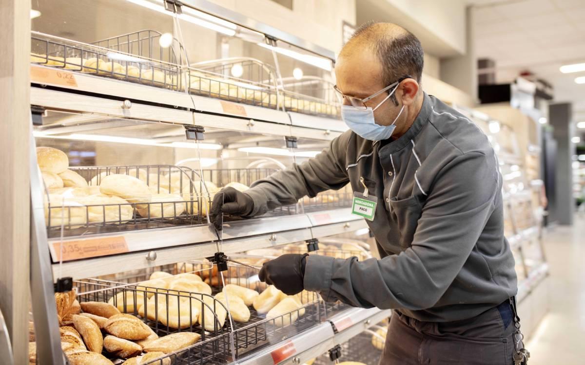 trabajador de Mercadona en un supermercado de Valencia