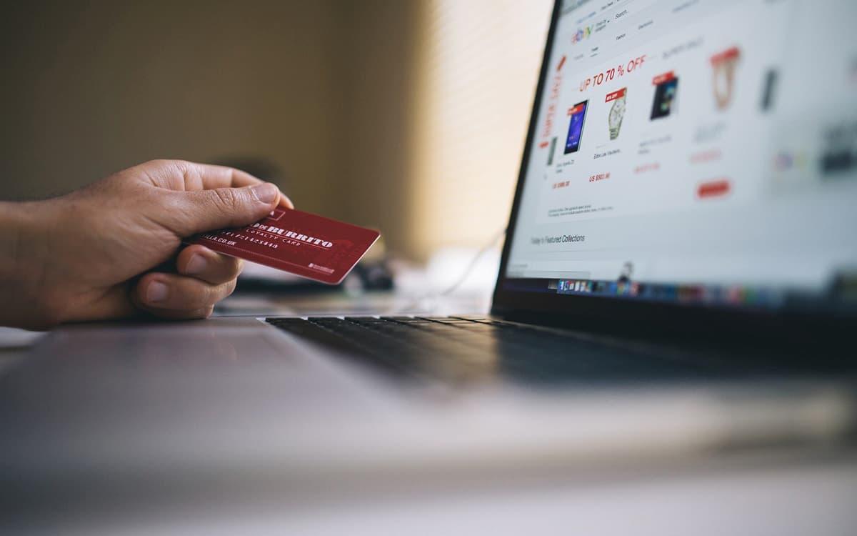 Una persona comprando por internet a través de un portal de comercio electrónico.