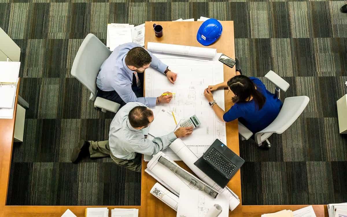 Empresarios estudiando la viabilidad del proyecto