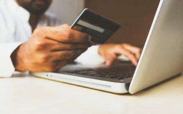 Hombre comprando a través de Internet en un a-commerce