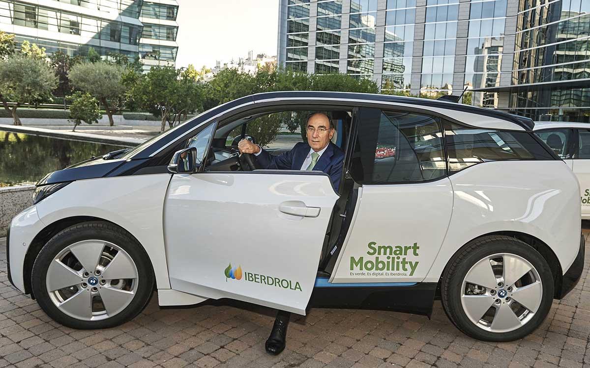 Ignacio Galán en un coche eléctrico
