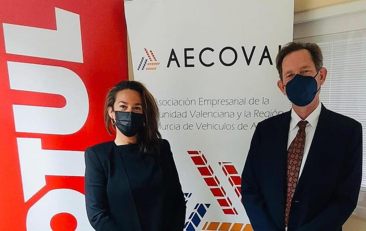 Ana Romero, Key Account Manager de Motul Ibérica y  Mauro Derqui Zaragoza, presidente de AECOVAL