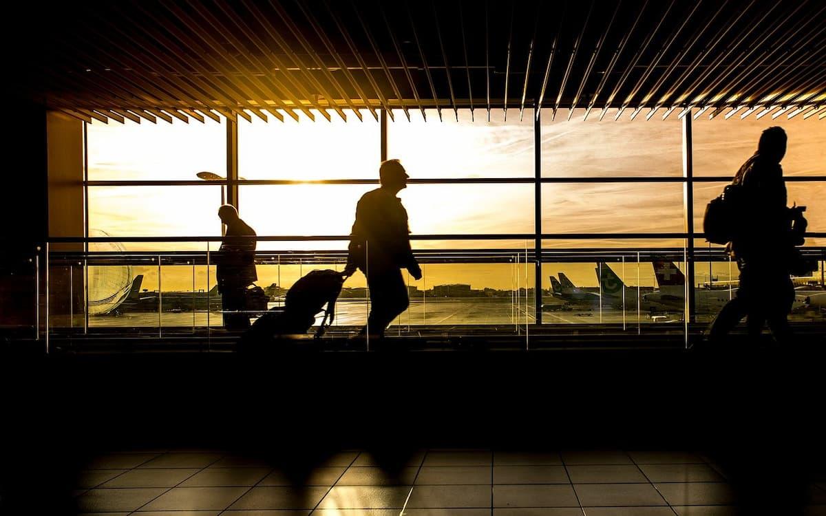 Viajeros en aeropuerto (Imagen de Rudy and Peter Skitterians en Pixabay)