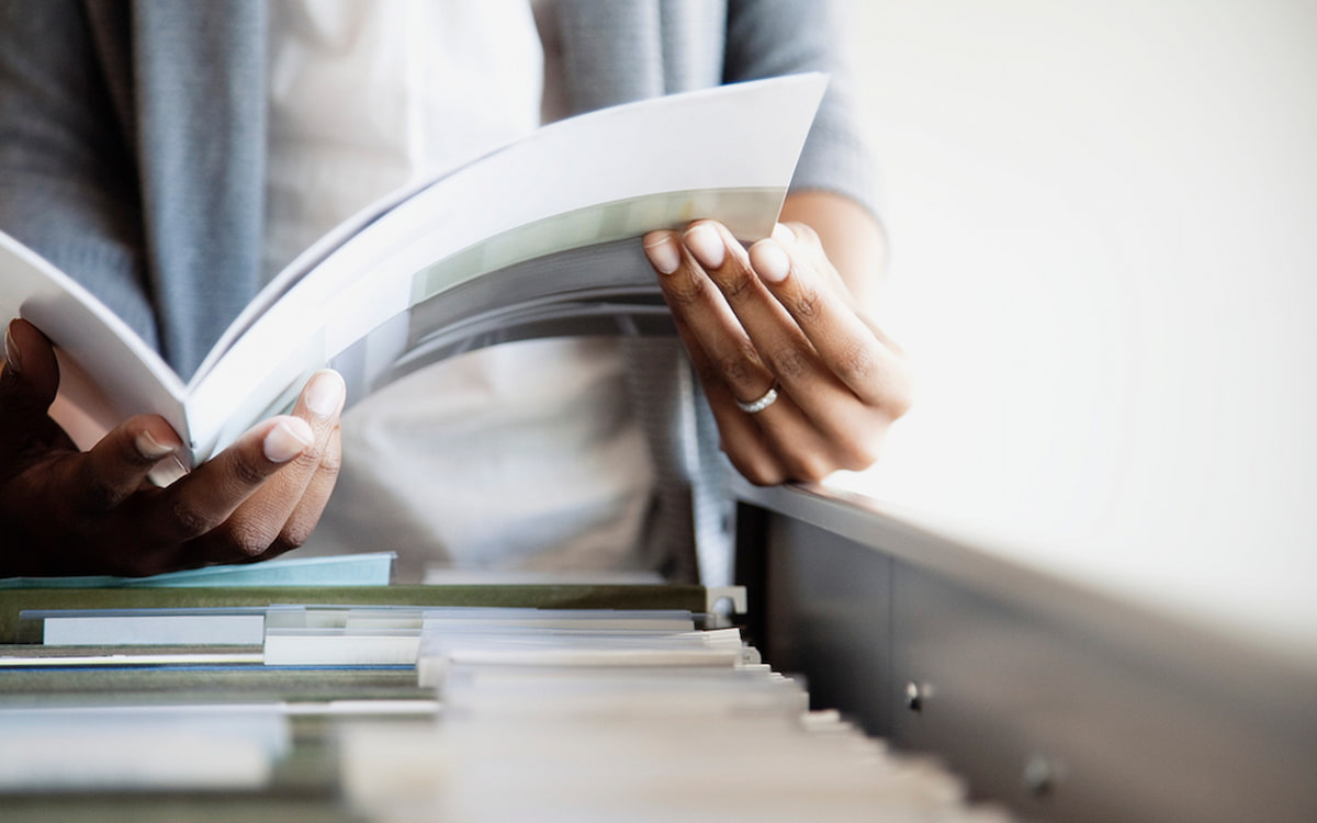 Un documento en un archivador