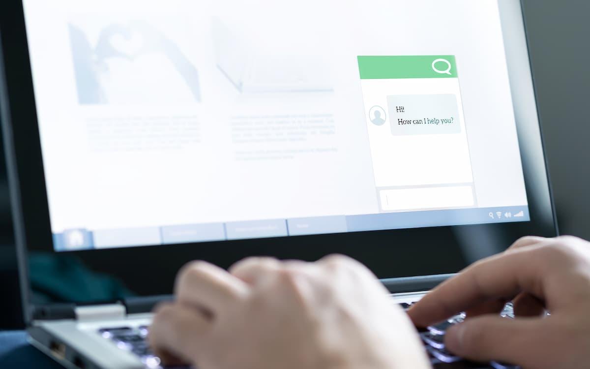 Hombre conversando con chatbot en el ordenador