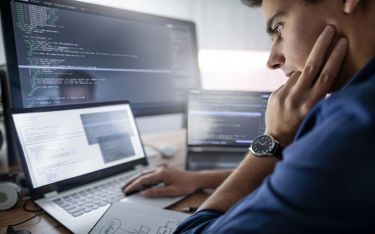 Hombre programando en el ordenador