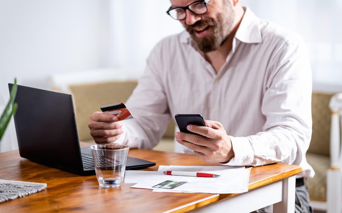 Hombre comprando online con el ordenador