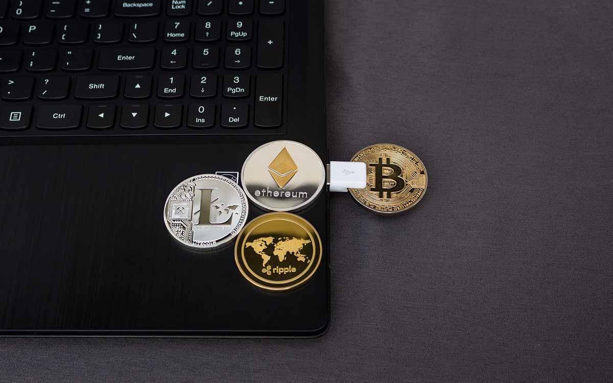 criptomonedas al lado de un ordenador