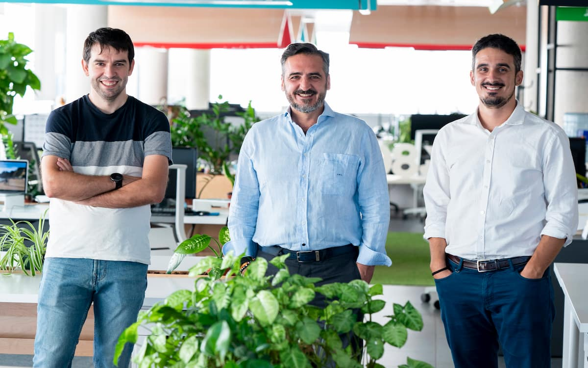 Sergio Aguado (CIO), Vicente Montesinos (presidente del consejo) y Alfredo R. Cebrián (CEO) en la sede de Cuatroochenta en Castelló