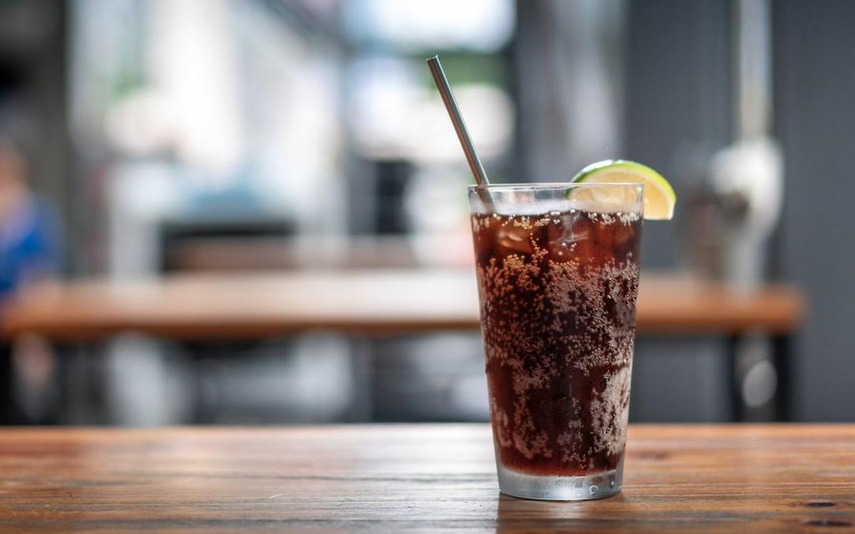 Un refresco en una mesa. Alimentación. Bebidas.