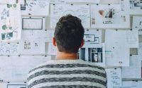 Joven emprendedor observando un plan de negocio