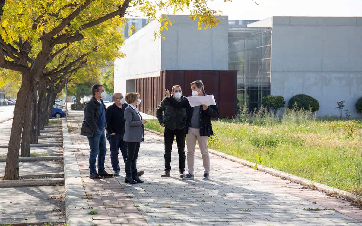 La dirección de la UJI frente al solar donde se ubicará el nuevo edificio