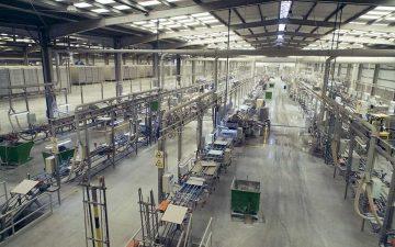 Interior fábrica de cerámica. Huelga en el sector.