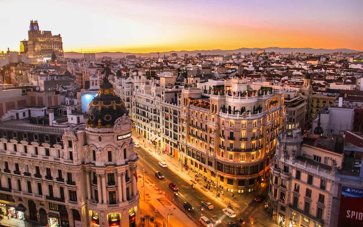 Se observa el atardecer en la capital española
