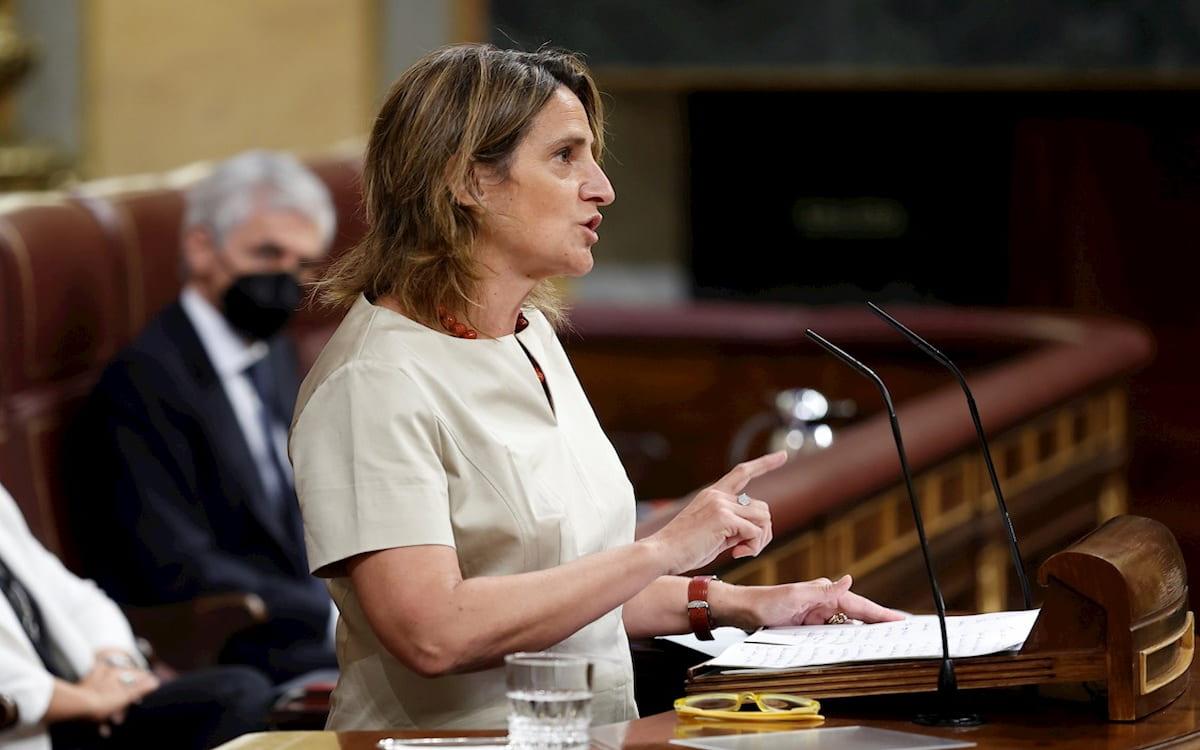 La ministra para la Transición Ecológica, Teresa Ribera, responde en el Congreso sobre el precio de la luz.