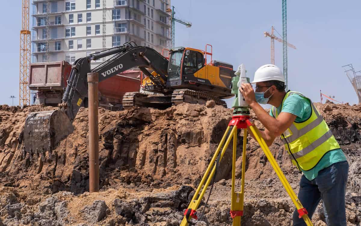 Detalle de un trabajador en las obras de Casal España Arena de València