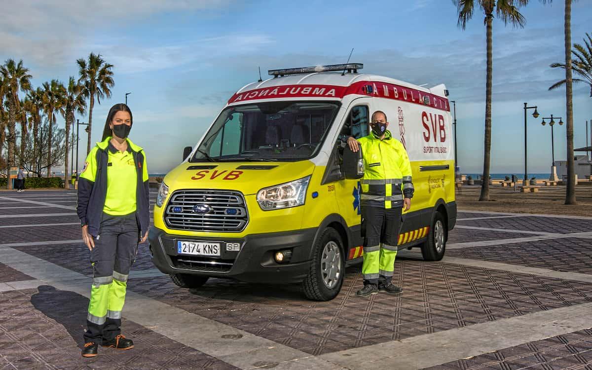 Sarai Granell Vicente junto a la ambulancia customizada