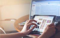 Persona interactuando con tecnología en su trabajo