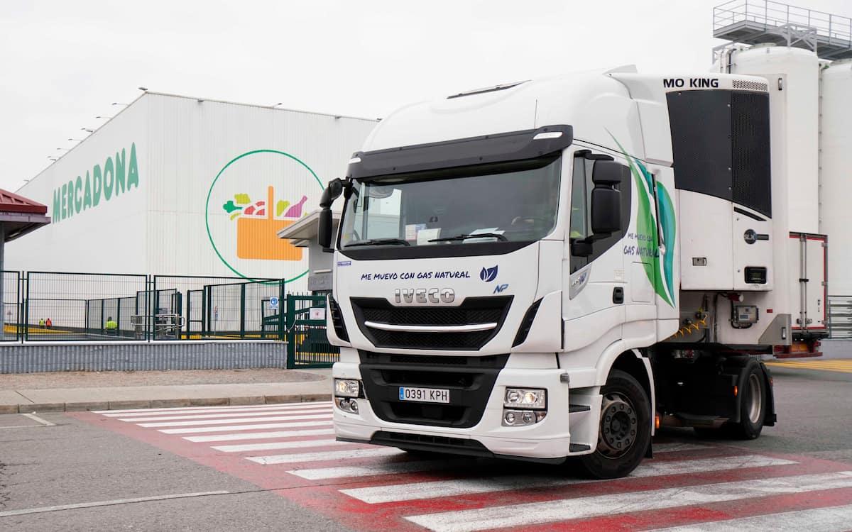 Salida de un camión propulsado a gas natural del bloque logístico de Riba-Roja del Túria (Valencia)