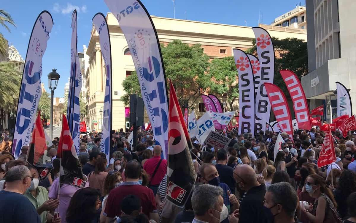 Manifestación en València contra el ERE de Caixabank