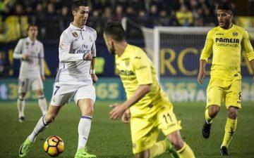Cristiano Ronaldo encarando a su rival
