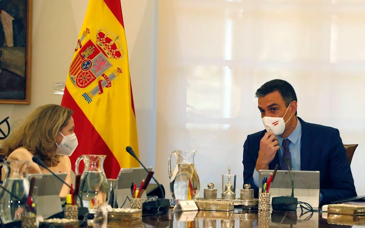 El presidente del Gobierno, Pedro Sánchez, y la vicepresidenta y ministra de Asuntos Económicos, Nadia Calviño.