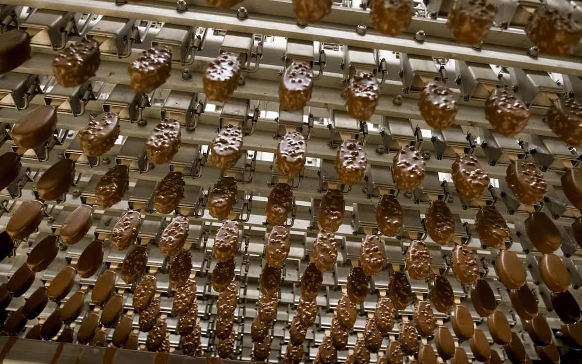 Fabricación de bombones en Helados Estiu