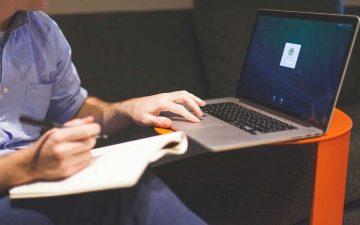 Persona con ordenador trabajando en su startup de éxito