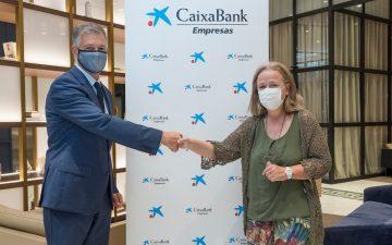 Xicu Costa y Araceli Císcar, seleccionada como ganadora de la de los 'Premios Mujer Empresaria CaixaBank 2021'.